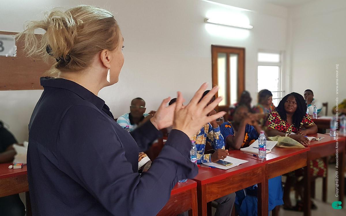 Stéphanie, présidente de l'association Ana-Nour en plein échange avec les enseignants togolais qui ont décidé de s'inscrire dans cette démarche pédagogique.