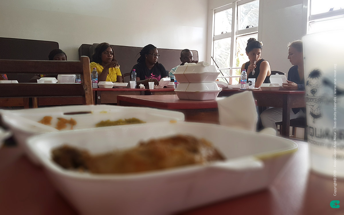 Pause repas de ce premier jour de formation Ana-Nour, il faut reprendre des forces.