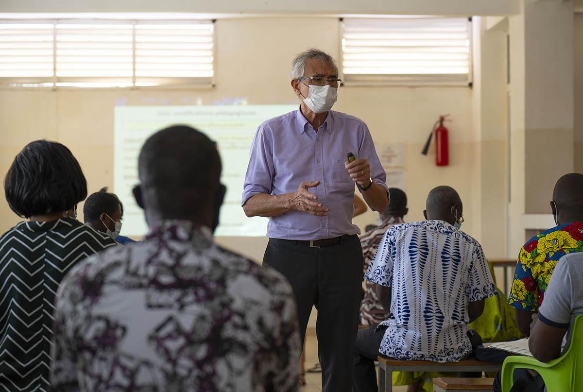 Jean-Luc Berthier au milieu des enseignants togolais : le plaisir de partager les fondamentaux de la Neuroéducation.